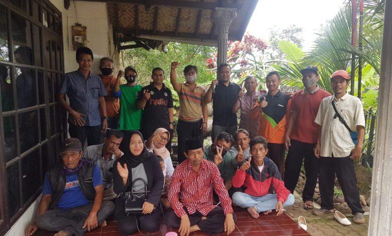 Anggota Komisi II DPRD Sumedang, Deni Agus Setiawan foto bersama warga disela Resesnya di Desa Karanglayung Kecamatan Conggeang, Senin (23/11). (foto: Humas PKS)