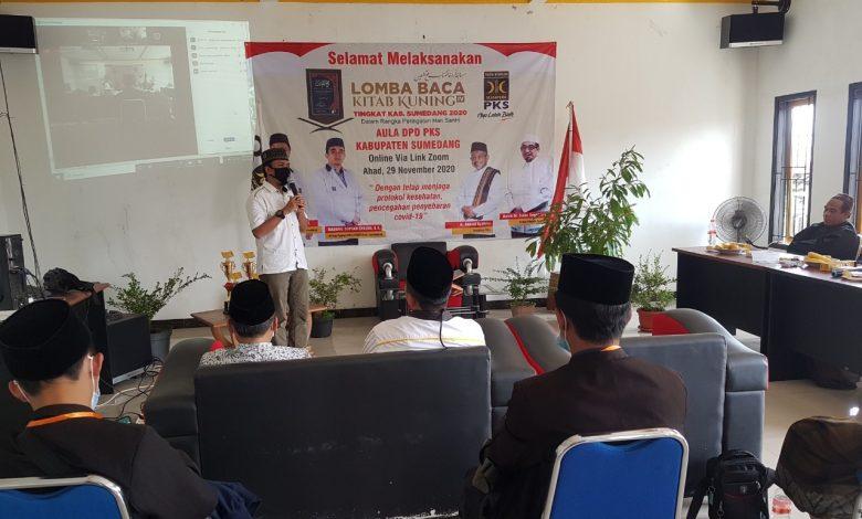 Ketua DPD PKS Sumedang, Yana Flandriana, S.T membuka Lomba Baca Kitab Kuning (LBKK) ke-IV yang digelar di Aula DPD PKS Sumedang, Sabtu (29/11). (foto: Humas PKS)