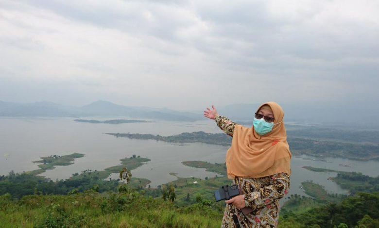 Anggota Komisi X DPR RI dari Fraksi PKS, Hj. Ledia Hanifa Amaliah, S.Si., M.Psi.T., menunjukkan keindahan Jatigede dalam agenda Kunjungan Kerja Spesifik Bidang Pariwisata Komisi X DPR RI di Kabupaten Sumedang Provinsi Jawa Barat, Jumat (5/12). (Humas PKS)
