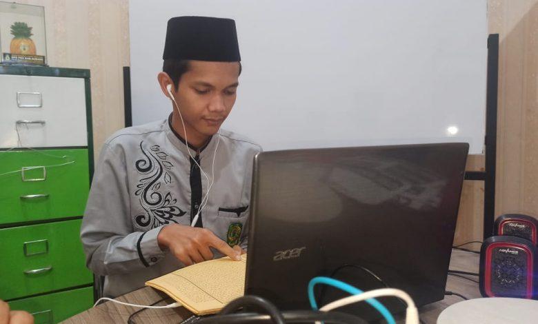 Dede Fakhrurrozi saat mengikuti lomba secara online di Kantor DPD PKS Sumedang dan meraih juara dua tingkat Provinsi Jawa Barat, Minggu (13/12). (Foto: Humas PKS)