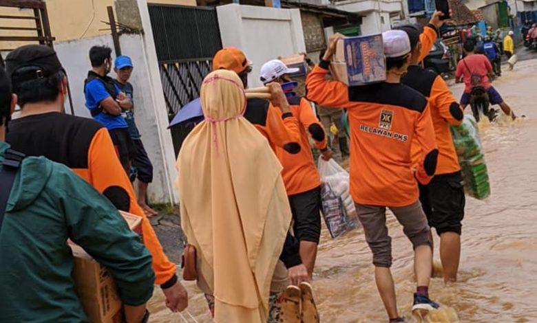 Relawan PKS Sumedang saat berada dilokasi bencana Cimanggung, Minggu (10/1)
