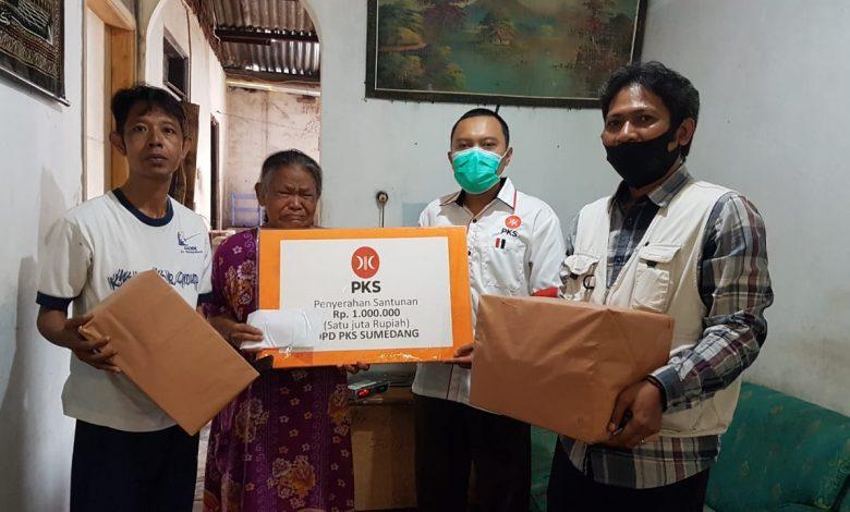 Bendahara DPD PKS Sumedang, dr. H. Iwan Nugraha (dua dari kanan) memberikan santunan kepada Saliyem (dua kiri) ibunda korban longsor bernama Beni yang tinggal di Perum SBG Cimanggung, Jumat (15/1/2021). (Foto: Humas PKS)
