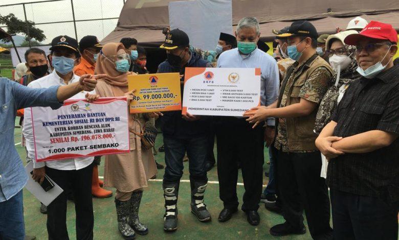 Anggota DPR RI Fraksi PKS, H. Nurhasan Zaidi (kanan) bersama rombongan dalam Kunjungan Kerja Spesifik ke Lokasi Bencana Longsor Sumedang, di Desa Cihanjuang, Cimanggung sekaligus memberikan bantuan, Jumat (15/1/2021). (Foto: Humas PKS)