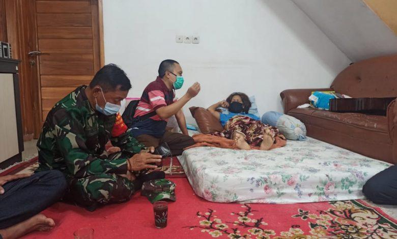 kata dr. Iwan Nugraha, anggota F-PKS Sumedang asal Cimanggung tengah berbincang dengan korban longsor di Dusun Bangkir Desa Sindanggalih, Rabu (27/1/2021). (Foto: Humas PKS)