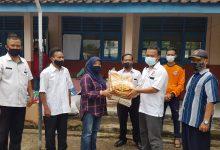 Photo of Deni Salurkan Sembako dari PKS Sumedang Untuk Korban Banjir di Ujungjaya