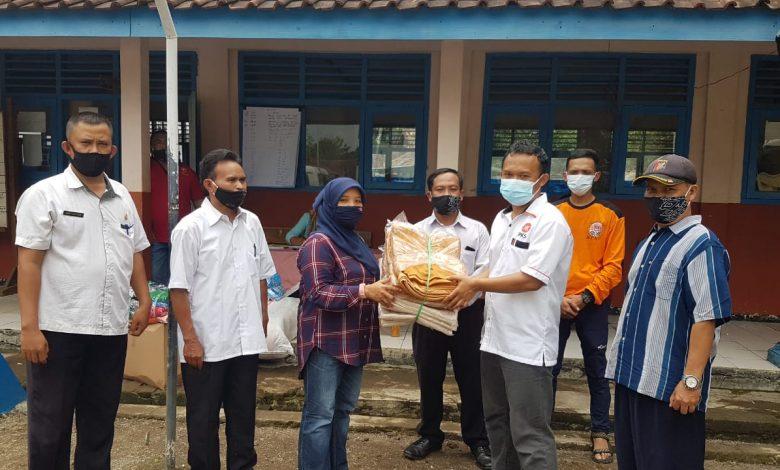 Anggota DPRD Kabupaten Sumedang dari Fraksi PKS, Deni Agus Setiawan secara simbolis menyerahkan bantuan sembako dari PKS Sumedang di Posko Penanganan Banjir Ujungjaya yang ada di SD Keramatjaya, Rabu (10/2/2021). (Foto: Humas PKS Sumedang)
