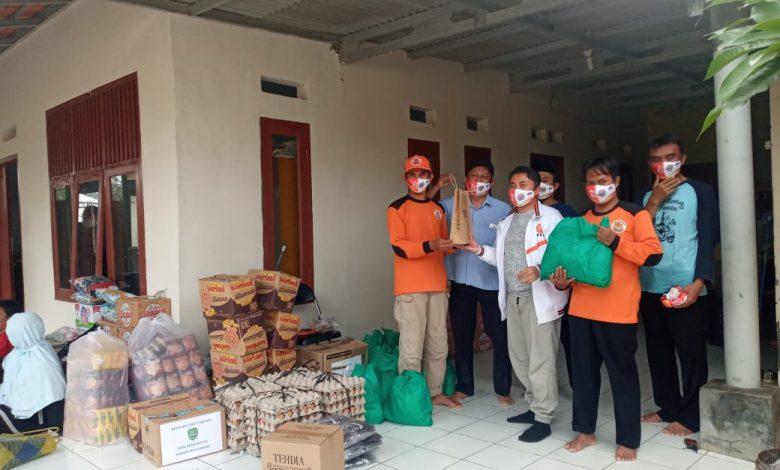 Anggota Komisi I DPRD Jawa Barat dari Fraksi PKS, H Ridwan Solichin datang langsung ke Subang untuk menyalurkan bantun bagi korban banjir, Selasa (9/2/2021). (Foto: Humas PKS)