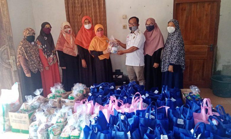 Bidang Perempuan DPD PKS Sumedang menyalurkan 100 paket sembako untuk korban di Desa Cibuluh Kecamatan Ujungjaya, Jumat (12/2/2021). (Foto: Humas PKS Sumedang)
