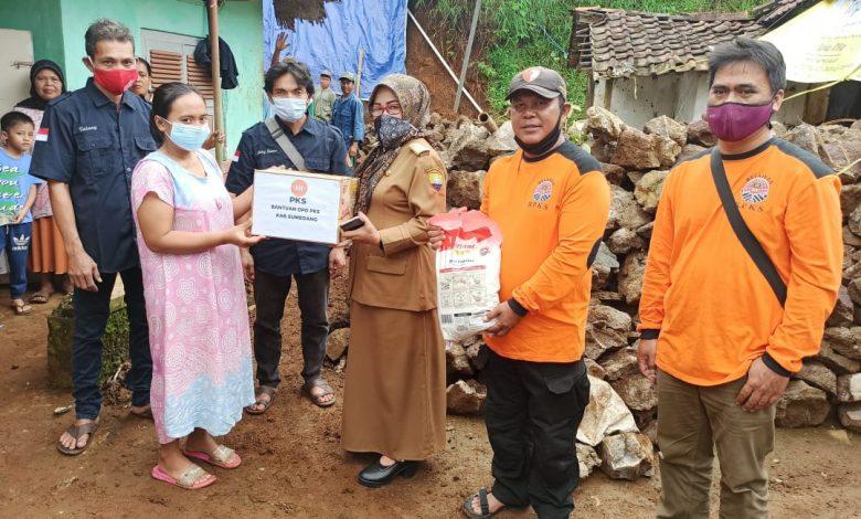 Ketua DPC PKS Tanjungmedar saat memberikan bantuan kepada korban longsor di Desa Wargaluyu Tanjungmedar, diterima langsung oleh Kepala Desa Wargaluyu