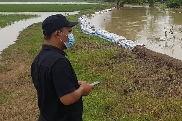 Anggota Komisi IV DPRD Sumedang dari Fraksi PKS, Deni Agus Setiawan, S.T., saat meninjau Sungai Cihaur di Kecamatan Ujungjaya yang meluap, beberapa waktu lalu.