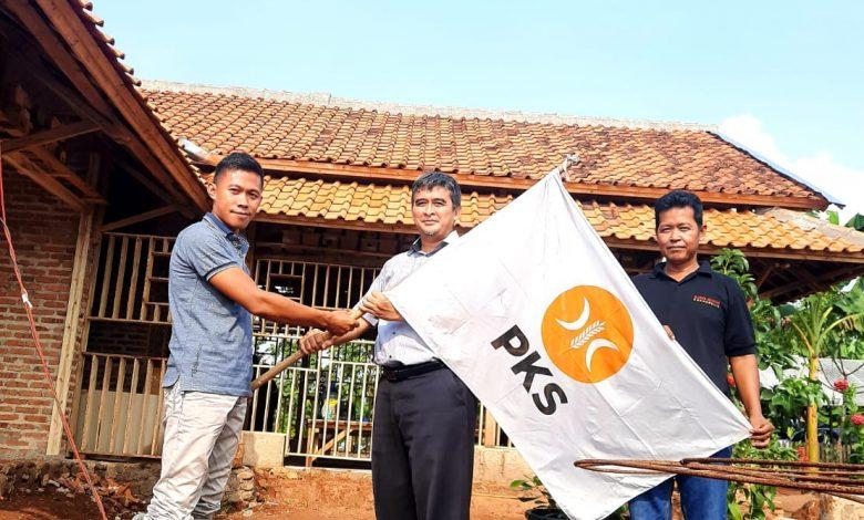 Ketua F-PKS secara simbolis menyerahkan bendera PKS ke Ketua DPC PKS Surian.