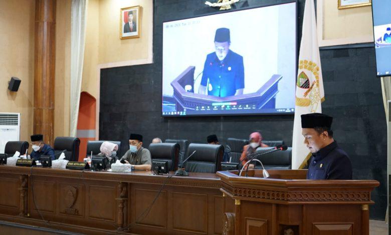 Sekretaris Frkasi PKS DPRD Kabupaten Sumedang, Deni Agus Setiawan, S.T, menyampaikan Pandangan Umum dalam pelaksanaan Rapat Paripurna DPRD Sumedang, Selasa (8/6/2021).