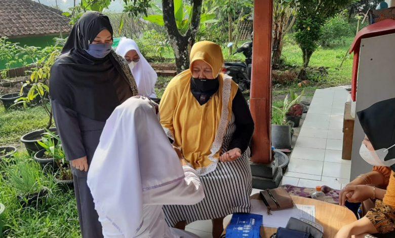 Anggota Komisi I DPRD Sumedang dari Fraksi PKS, Ely Walimah S.K.M., M.Si, ikut memantau pelaksanaan pemeriksaan kesehatan warga Desa Serang Kecamatan Cimalaka. (Foto: Humas PKS)