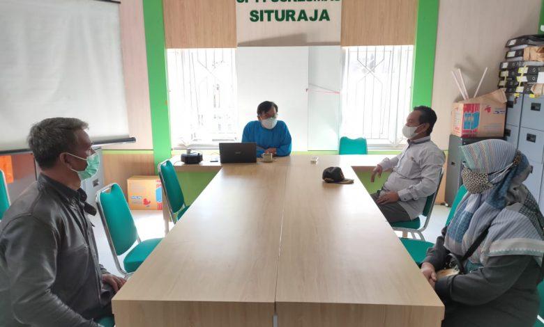 Anggota DPRD Kabupaten Sumedang dari Fraksi PKS Sumedang, Anisa Choeriah disela melakukan pengawasan di Puskesmas Situraja. (Foto: Humas PKS Sumedang).