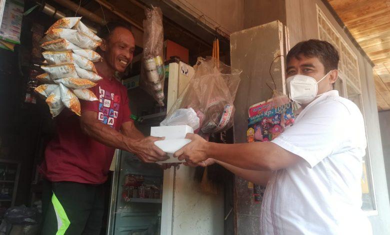 Ketua F-PKS Sumedang, Dadang Sopian Syauri, saat memberikan sembako kepada masyarakat di masa PPKM Darurat.