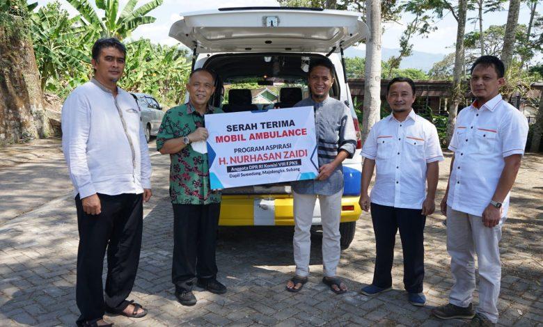 Nurhasan Zaidi saat serah terima mobil ambulan ke kader DPD PKS Sumedang