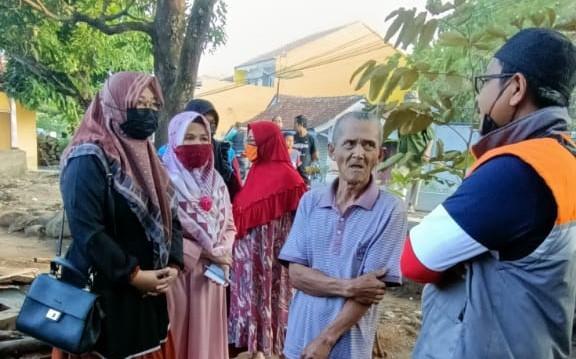Anisa Choeriah bersama struk PKS Wado mendatangi korban kebakaran rumah di Wado